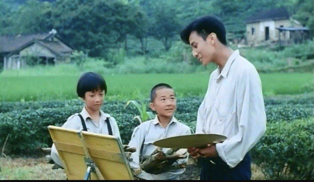 李淑楨(左)11歲時演出電影「魯冰花」。圖/翻攝youtube
