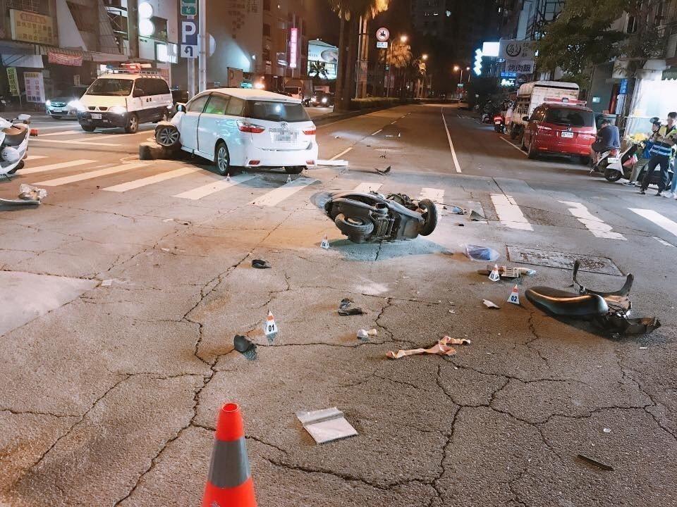 台中市北區忠明路與西屯路今晚發生汽車與機車相撞車禍,休旅車騎上安全島,男機車騎士...