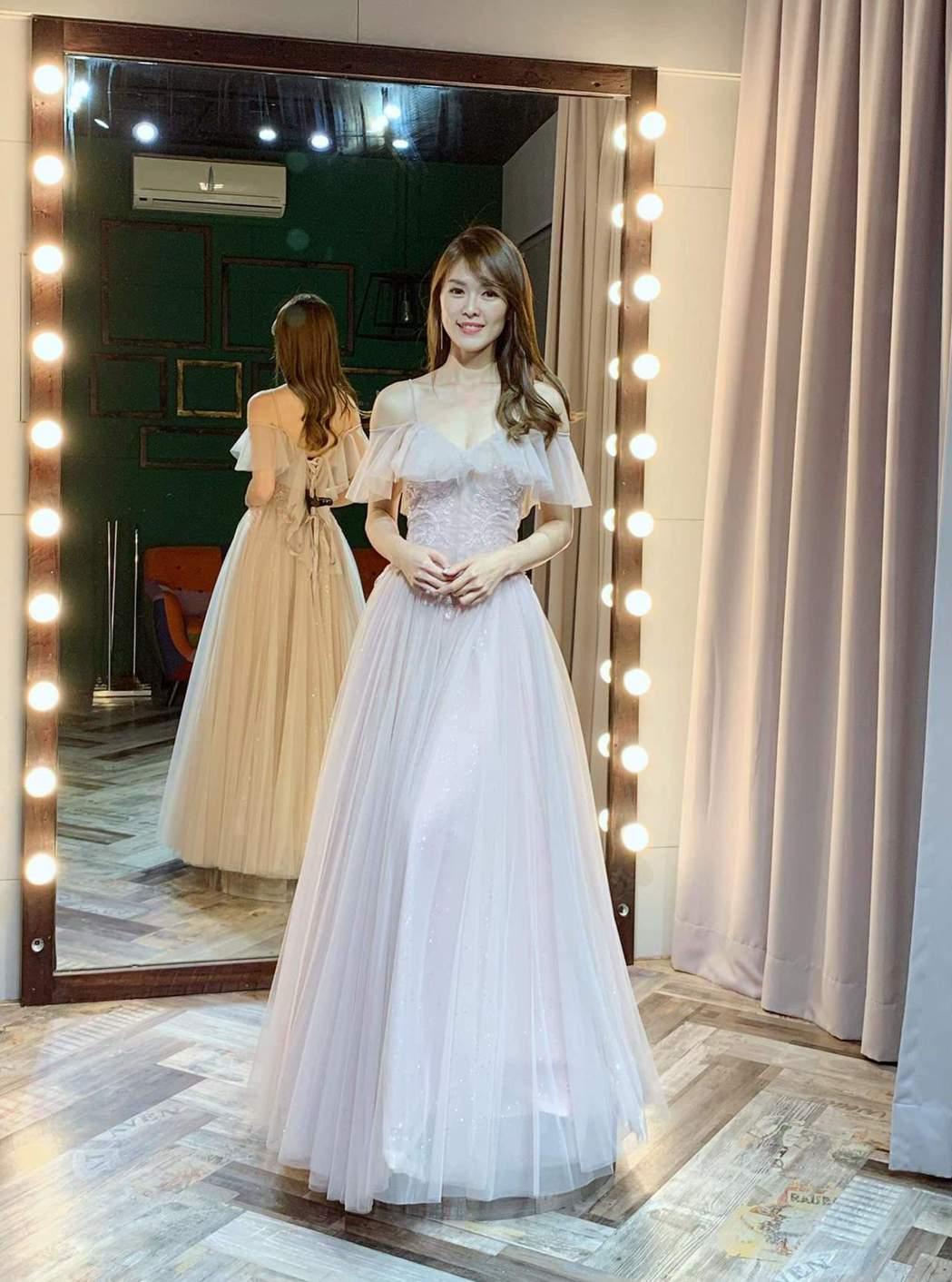 劉宜函試穿婚紗小露性感。圖/摘自臉書