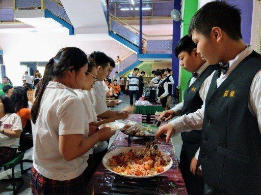 許多東南亞僑生來台念餐飲科,平時課後也到飯店、餐廳或越南小吃攤打工。圖為新北莊敬高職去年辦中秋僑生聯歡餐會,由學生烹調東南亞家鄉味餐點給師生享用。本報資料照片