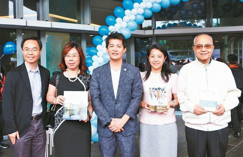 新北市立圖書館板橋新總館昨歡慶4周年,邀請作家謝哲青(中)化身好書拍賣官,拍出他...