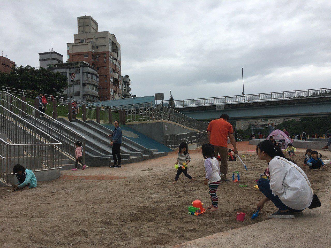 北市道南河濱公園共融式遊戲場有沙坑、滑梯。記者張世杰/攝影