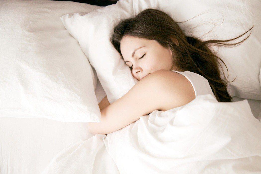 落枕原因非常多,從枕頭、睡姿,甚至連白天姿勢不良都可能是元凶,醫師更提醒,若疼痛...
