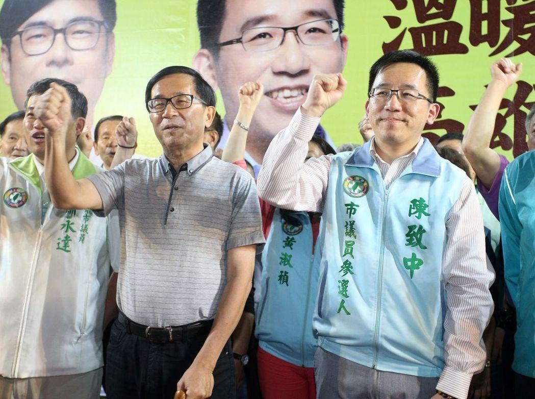 前總統陳水扁(中)獲保外就醫期間,為兒子陳致中(右)選舉造勢上台。圖/聯合報系資...