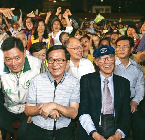 前總統陳水扁常透過臉書針砭時事,葷素不忌。圖/聯合報系資料照片