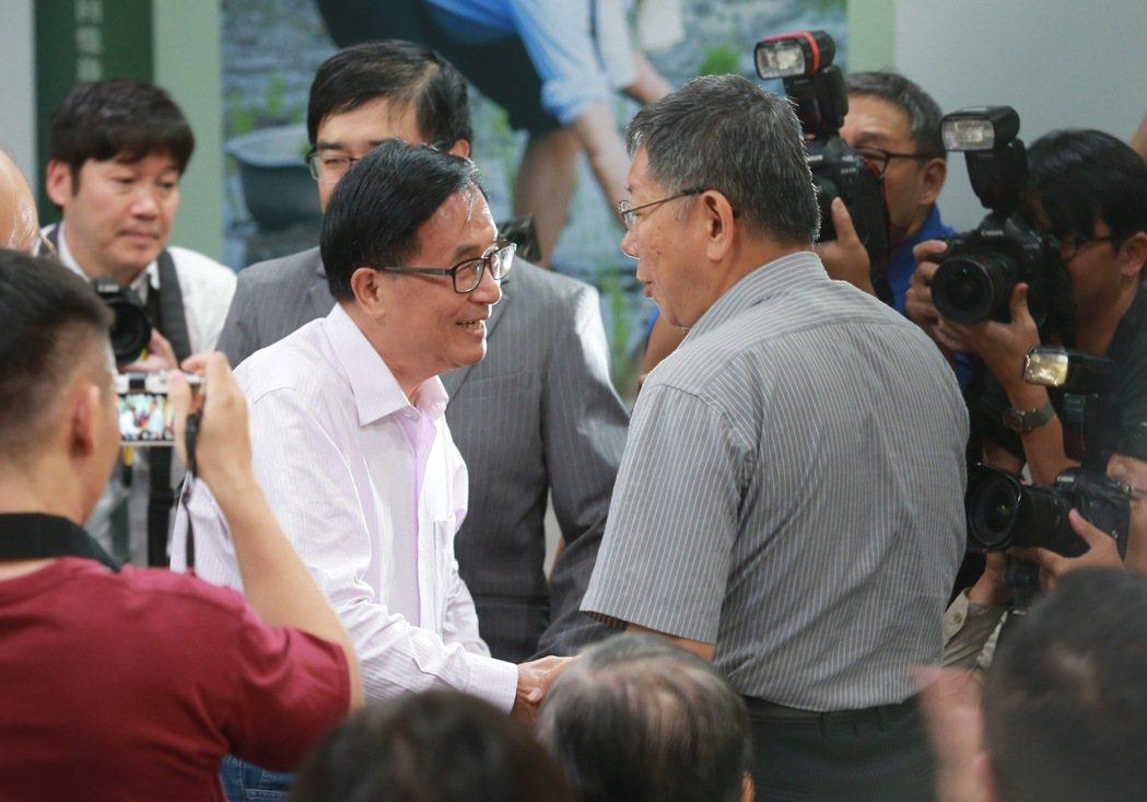 前總統陳水扁(中)北上出席新書發表會,台北市長柯文哲(右)談到阿扁當年獄中遭遇,...