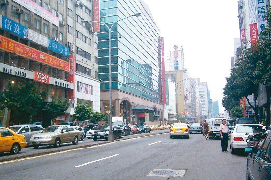北市南港、松山及台北101捷運站等商圈人潮帶動錢潮,店面市場升溫。圖為南西商圈。...