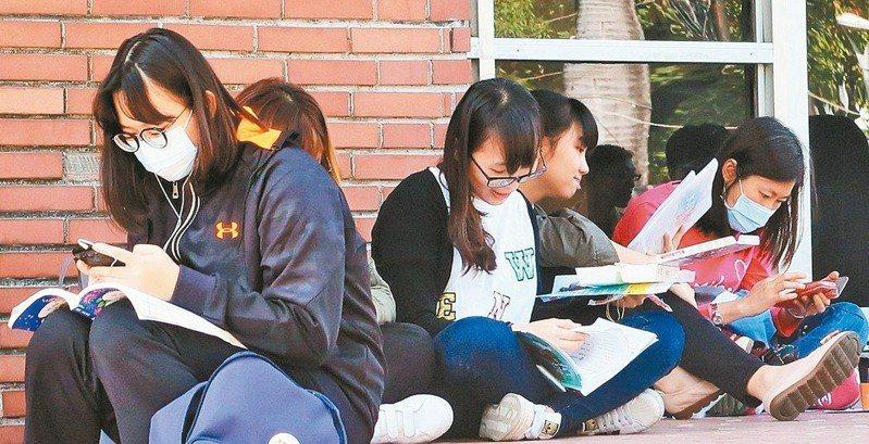 108學年度起,各高中都要設置「課程諮詢教師」,提供學生修課諮詢、登載學習歷程檔案等。圖為學測考生。 圖/聯合報系資料照片