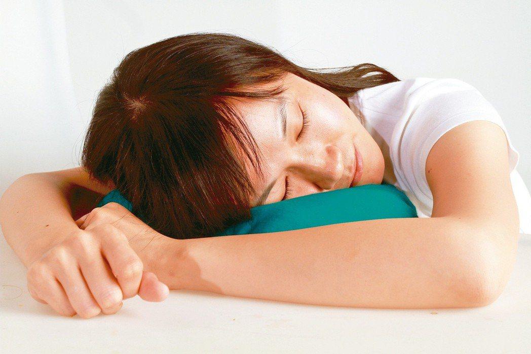 要遠離肘隧道症候群,就要改善相應的不良習慣,塗雅雯舉例,午休時盡量準備小枕頭,取...