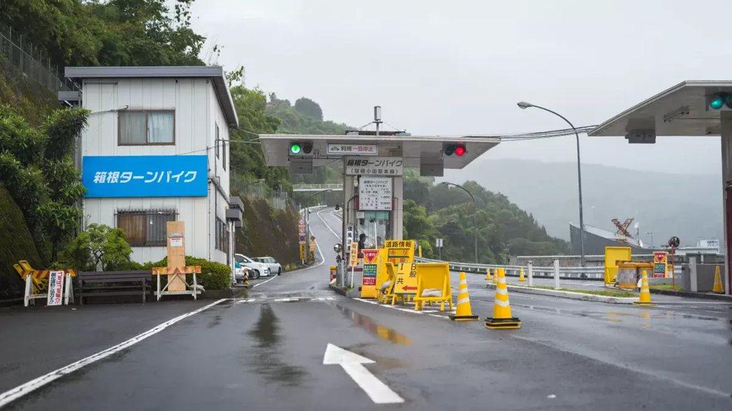 箱根收費道路最著名的收費站入口。 摘自Jalopnik