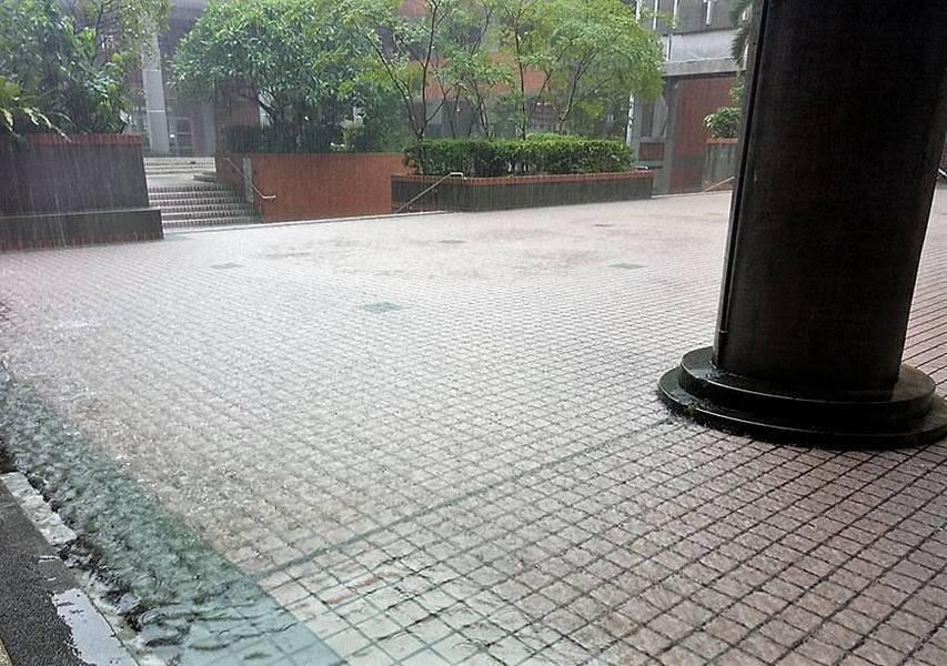 中央氣象局表示,6日晚間鋒面開始影響台灣到9日,民眾外出時需準備雨具。(phot...