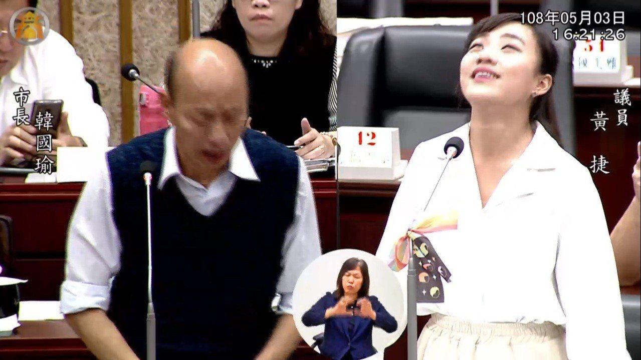 時代力量高雄市議員黃捷(右)3日質詢高雄市長韓國瑜,「翻白眼」畫面爆紅。...