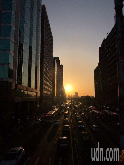 氣象局說,今在台北市拍到完美懸日的機率達六至七成。圖/讀者提供