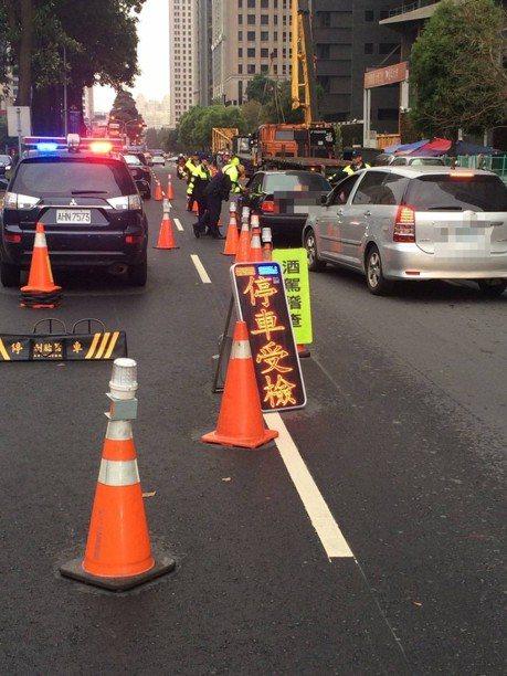 開車單手抽菸被攔控警違法搜索 ! 法官:警察無罪