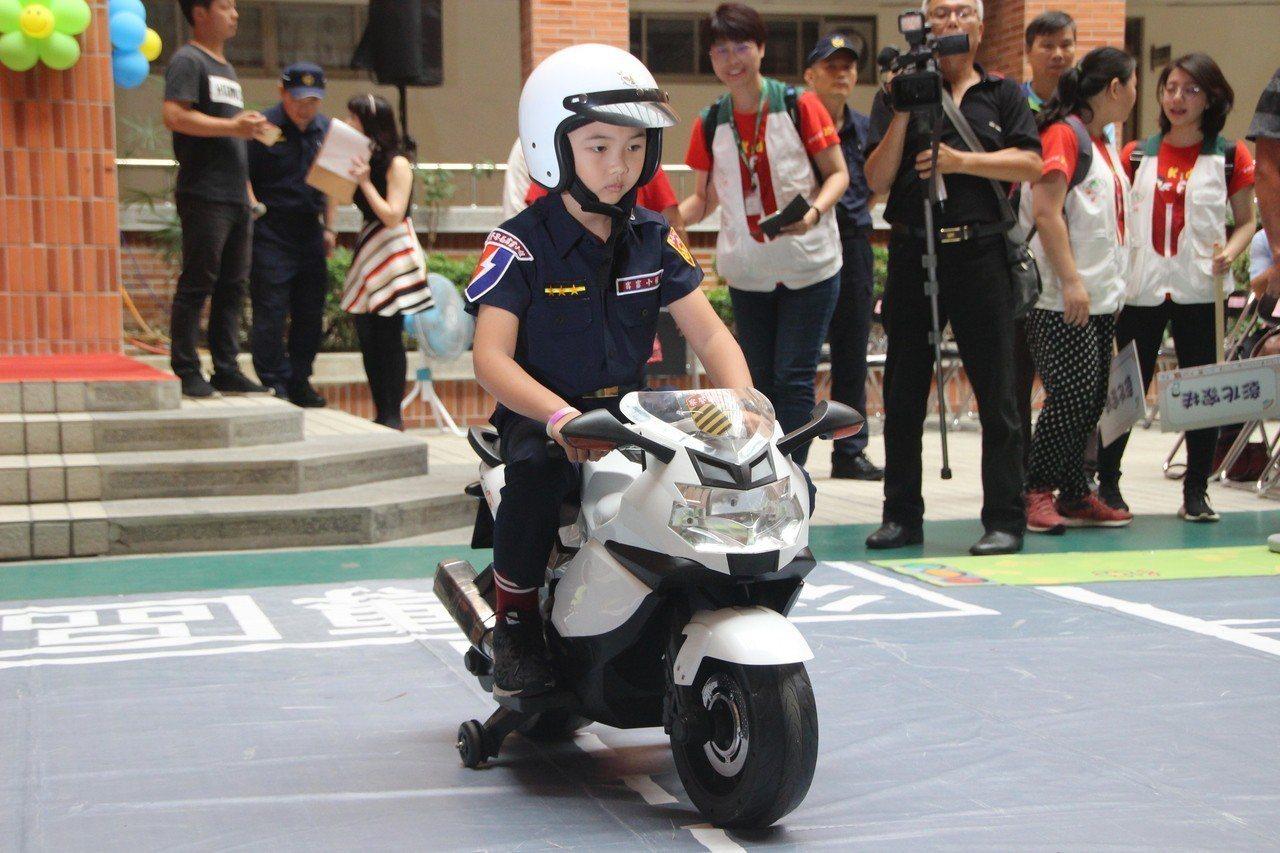 小朋友騎乘米你警用重機車模樣可愛。記者林敬家/攝影