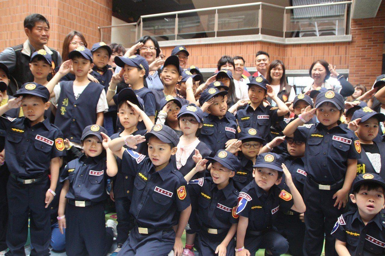 彰化家扶兒率先體驗縣警局舉辦的「小小正義使者~GO」。記者林敬家/攝影
