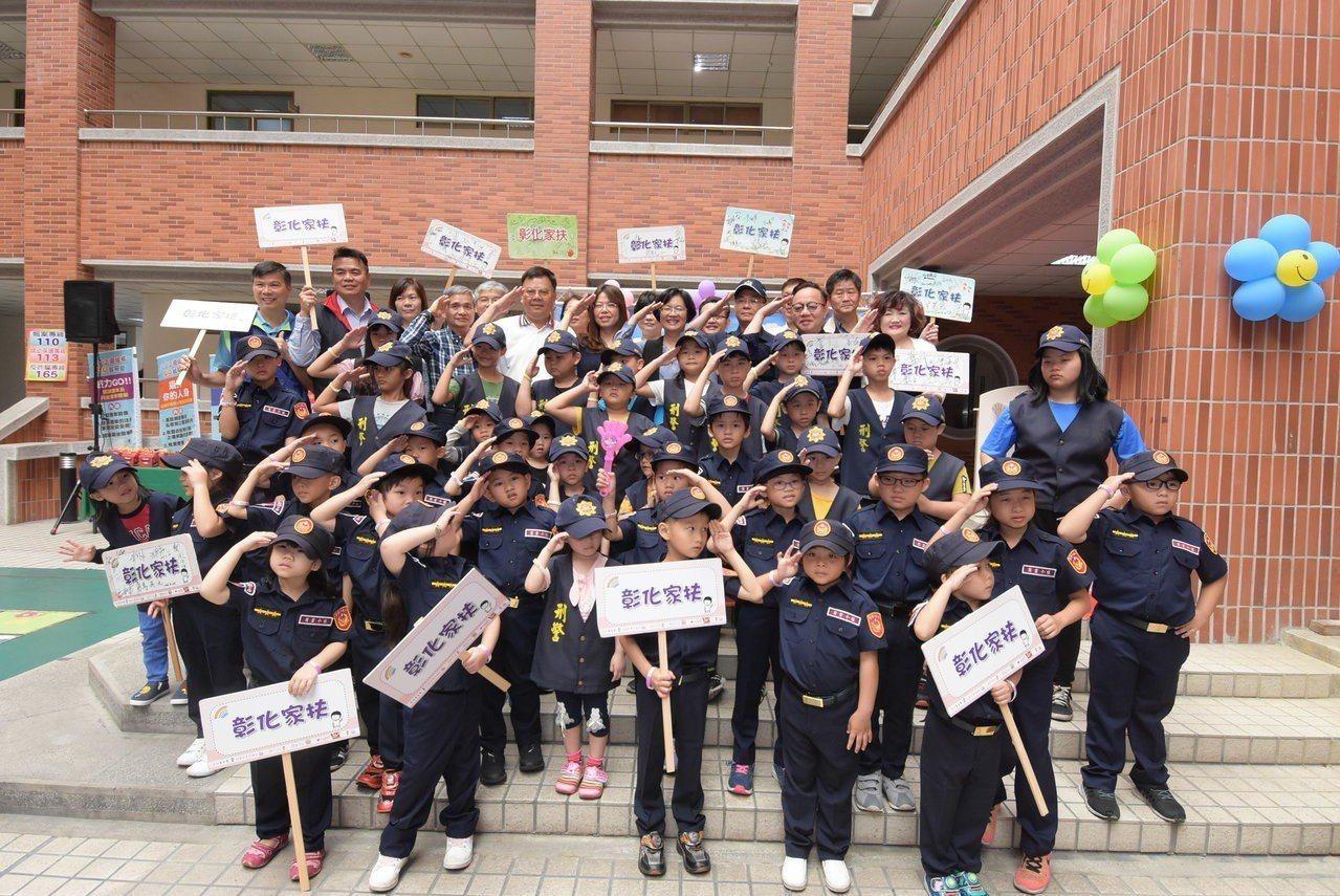 小朋友穿上穿上「迷你版」警察制服、霹靂小組服裝及刑警背心體驗。