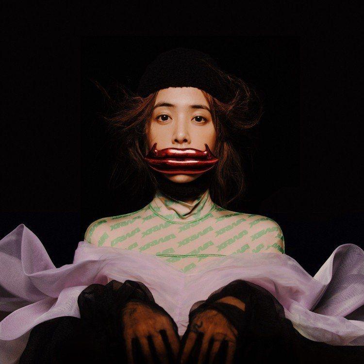 台灣天后蔡依林專輯《怪美的》當初也是主打坎普風,所以如果用「怪美」來翻譯這次的M...
