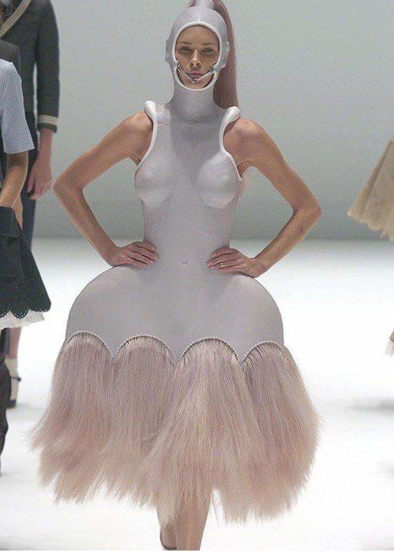 主辦方Vogue雜誌這陣子也不斷在社群媒體上為粉絲們展示「坎普」的定義,各種怪奇...