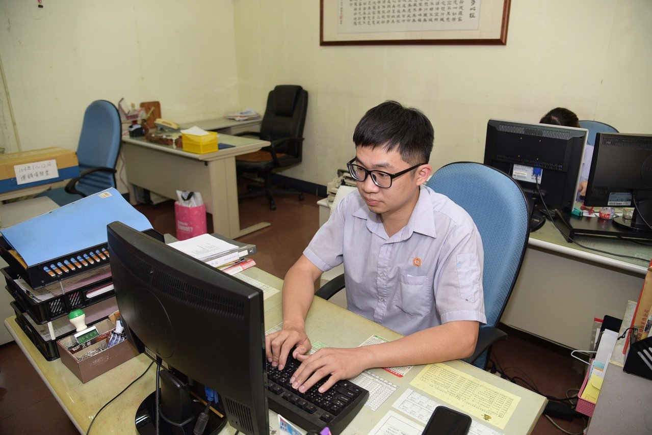 30歲的呂翊誠多方嘗試轉換不同職涯,經勞動部TDC診斷,確認自己有勇於挑戰特質及...
