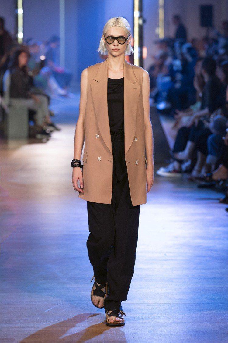 Cerruti 1881迷你女裝系列,深米色無袖雙排扣夾克51,990元、黑色麻...