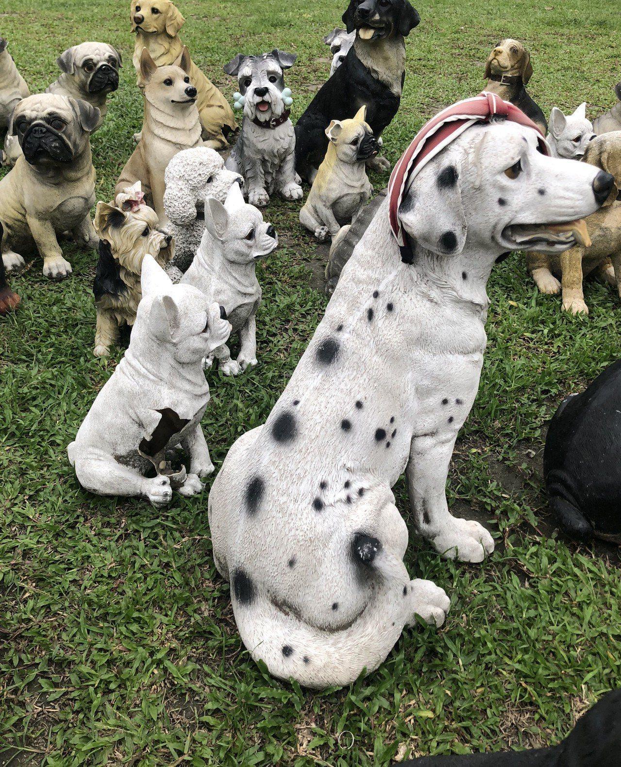 員林公園去年有狗狗大軍進駐,少數小狗裝飾已有破損。記者林敬家/攝影