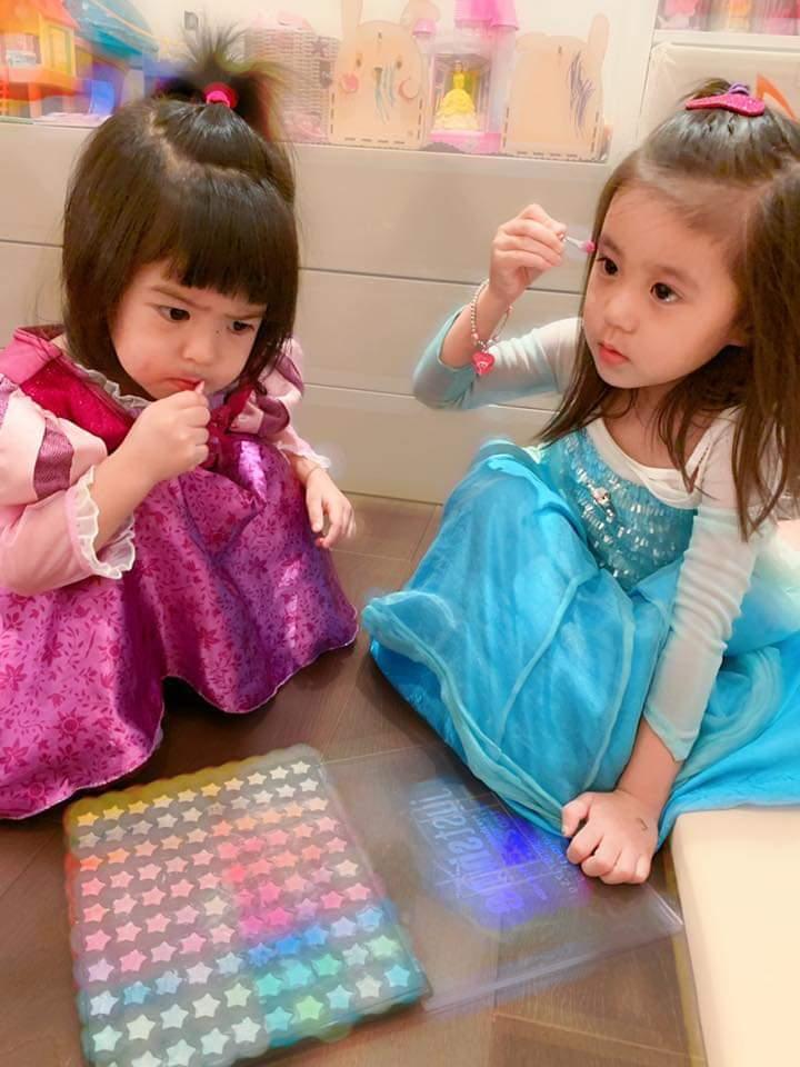 咘咘(右)、Bo妞忙化妝。圖/摘自臉書