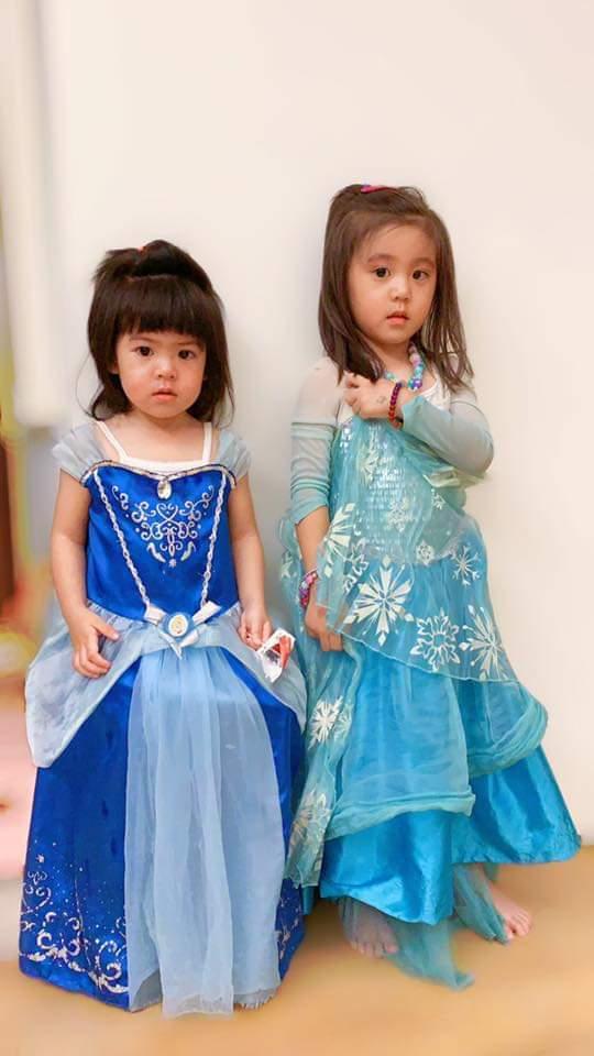 咘咘(右)、Bo妞穿公主裝罰站。圖/摘自臉書