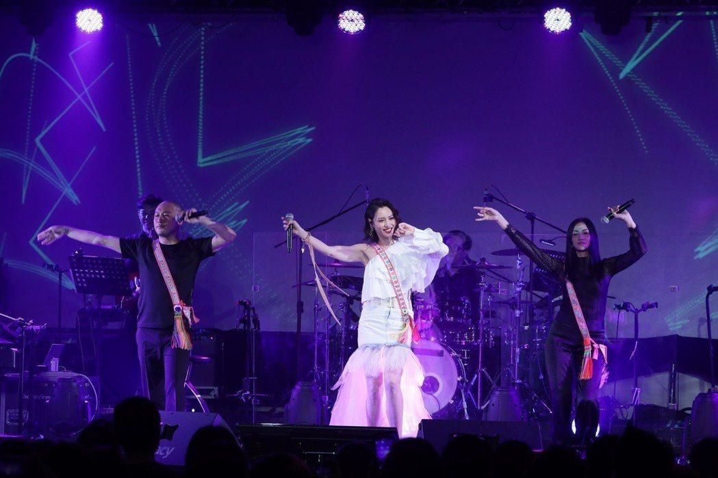 黃莉Luji(中)舉辦個人演唱會。圖/好舒服音樂提供