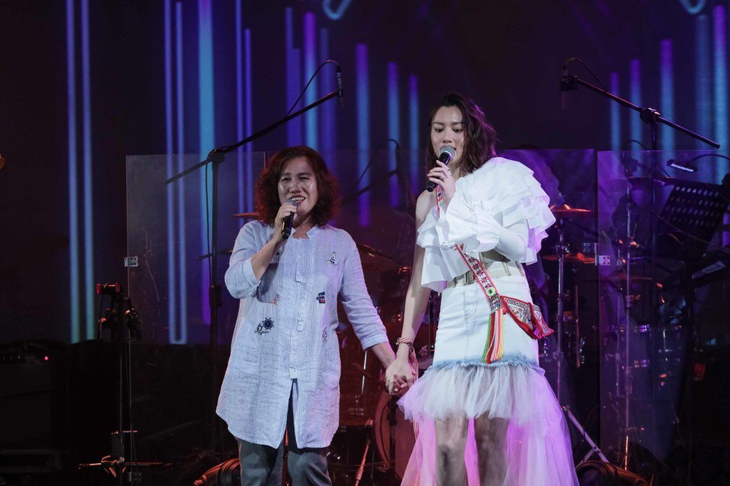 黃莉(右)和媽媽同台歡唱。圖/好舒服音樂提供
