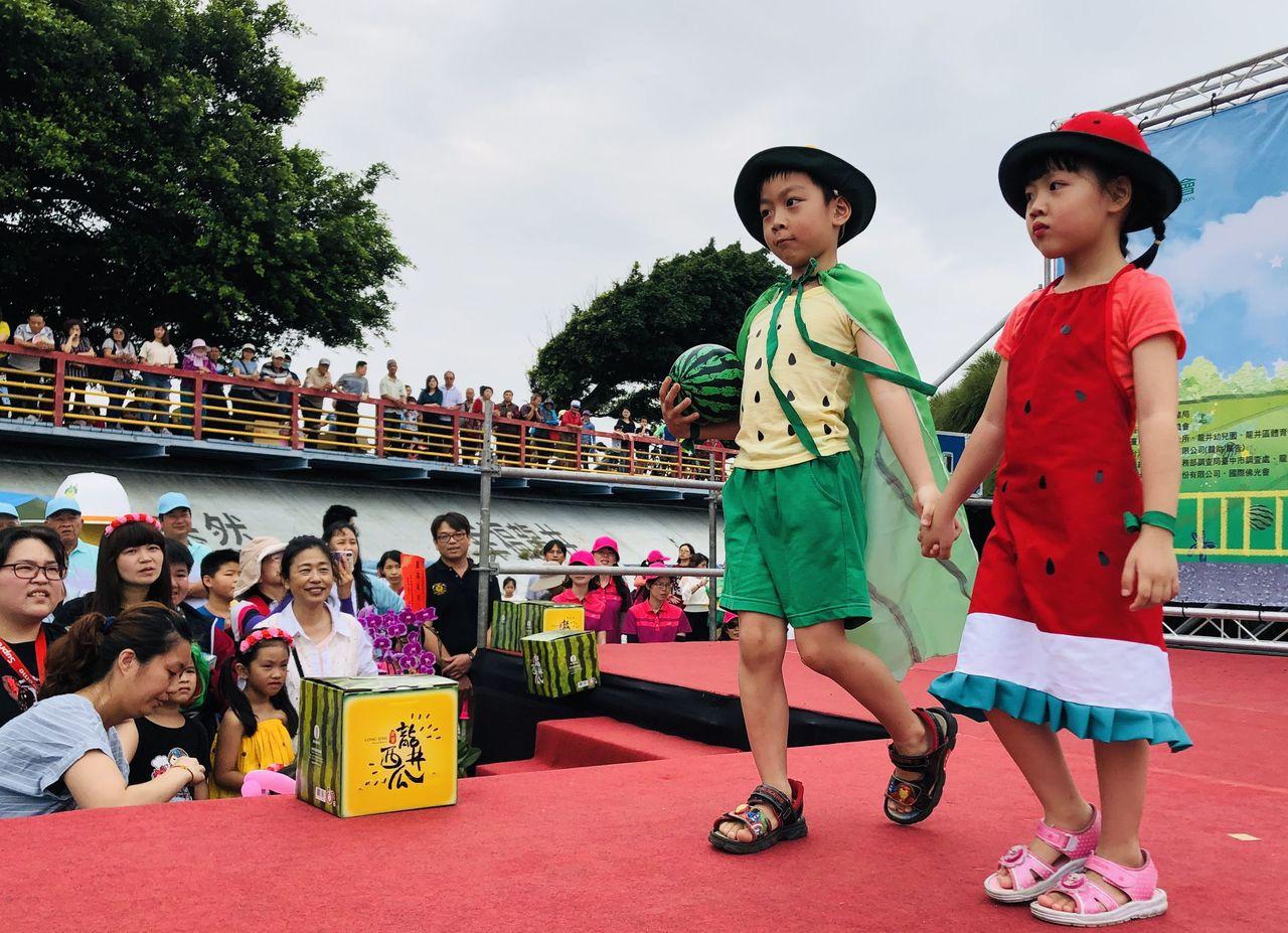 台中市龍井西瓜節「西瓜造型T台秀」,幼兒園小朋友穿著西瓜元素服裝走秀,相當吸睛。...