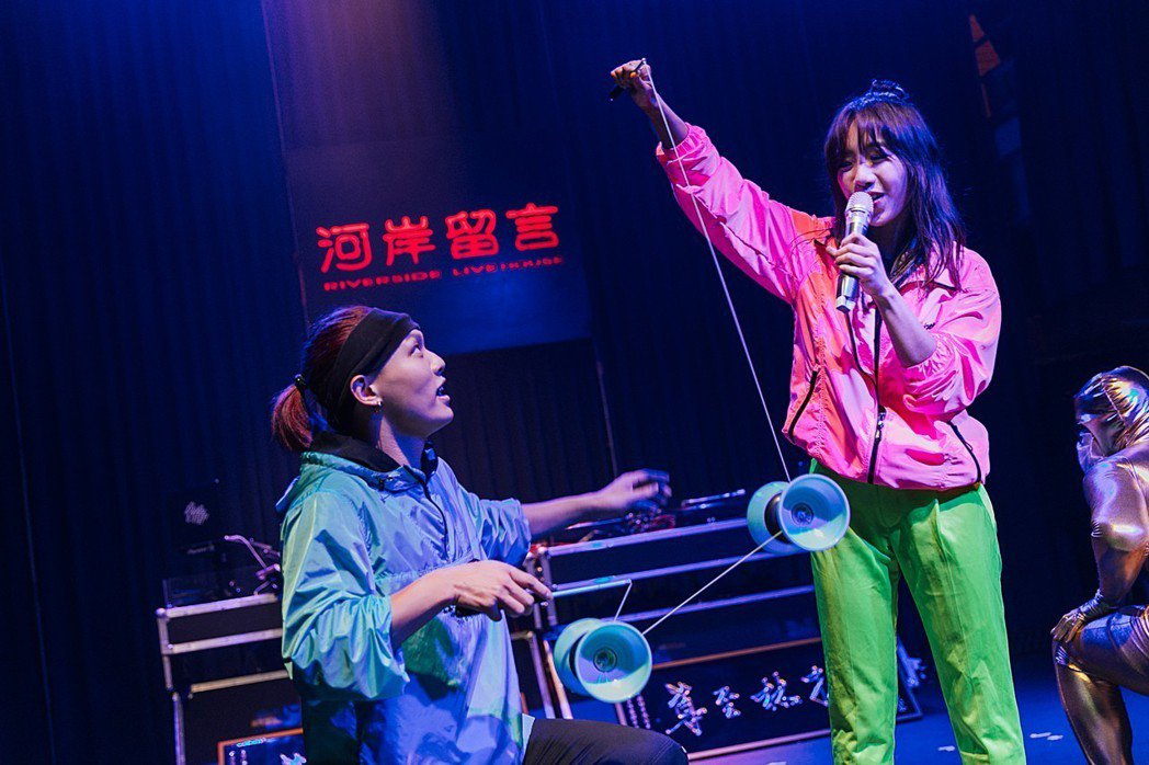 蔡佩軒(右)、趙志翰帶來邊唱邊扯鈴的表演。圖/非常棒提供