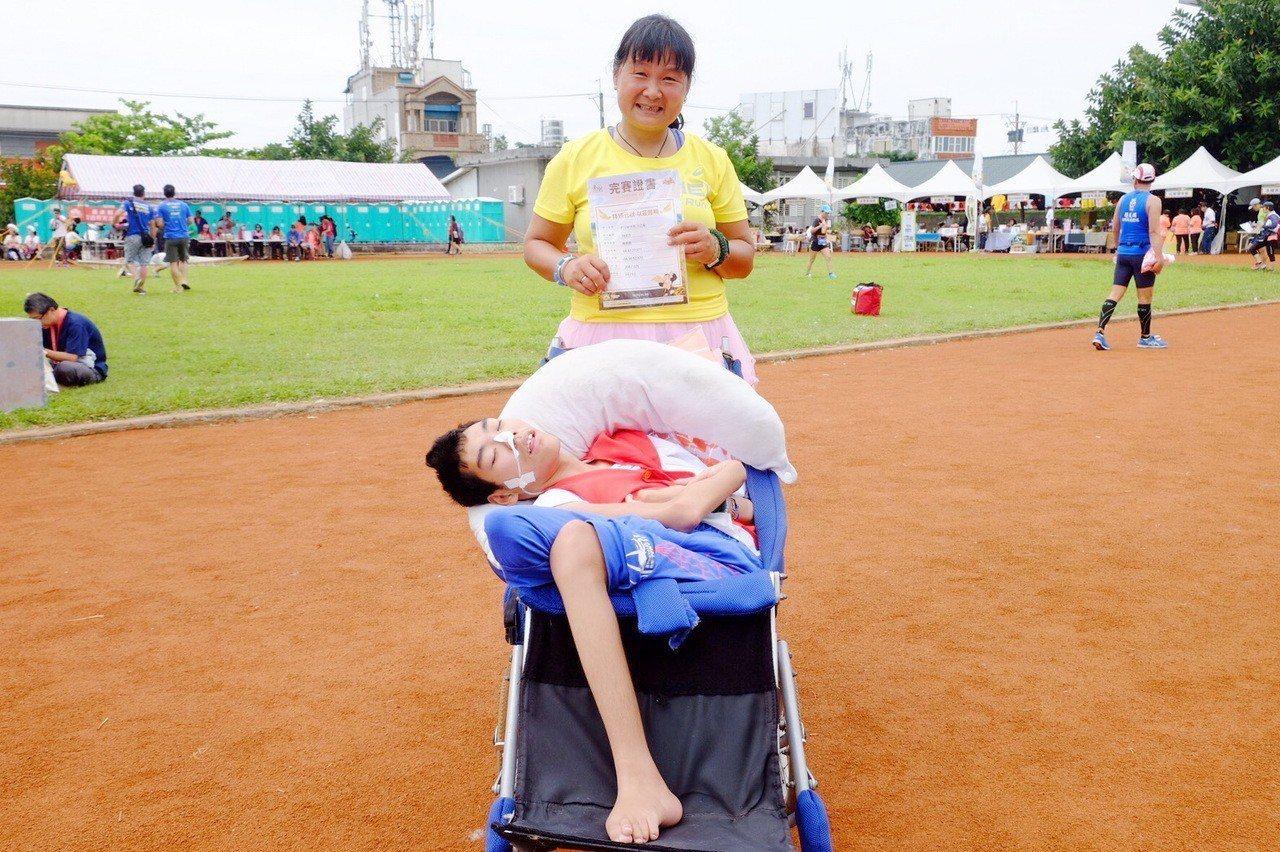 陳嘉齡帶著18歲腦麻兒「魯夫小比」參加今天的金剛馬拉松,挑戰21公里,小比媽開心...
