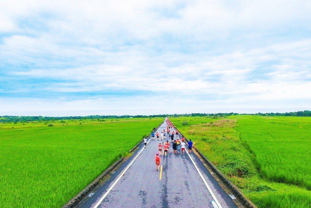 交通部東管處主辦的2019長濱雙浪金剛馬拉松,今天清晨5點開跑,吸引近2千人奔跑...
