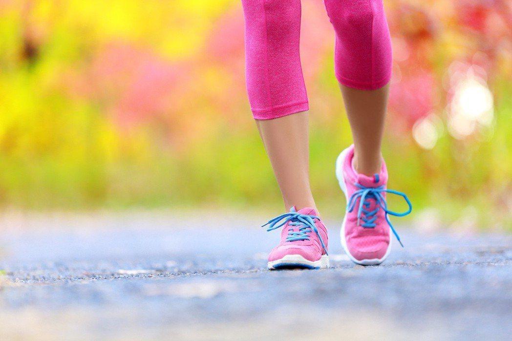 別以外觀挑鞋子,應注意是否具足夠支撐力,需考量吸震、耐磨,是否有明顯紋路可防滑。...
