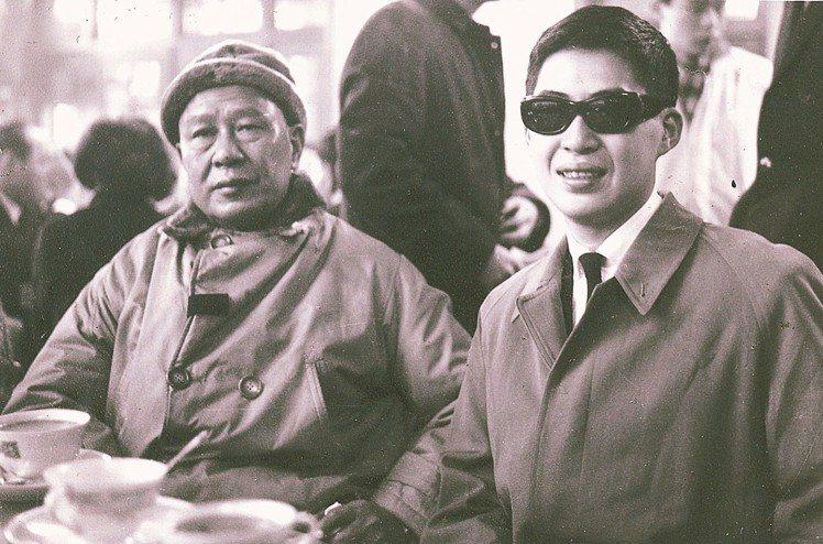 1963年1月,白先勇(右)赴美時與父親在松山機場。 圖/台大圖書館白先勇特藏提...