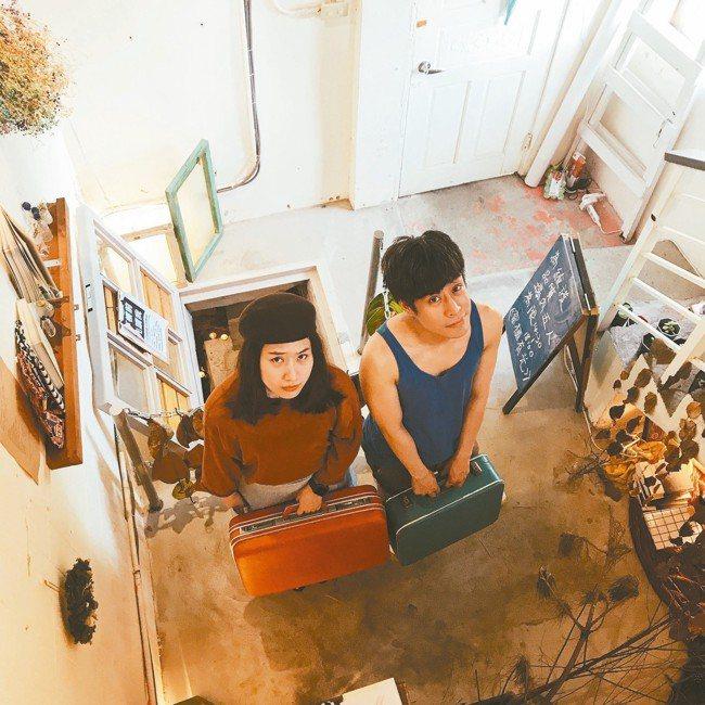 2018年陳栢青(右)、顏訥一起看連俞涵在寶藏巖「兩天工作室」的展覽。(圖/顏訥...