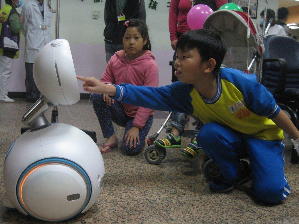 彰化秀傳醫療體系發表醫療機器人,在兒童門診講故事,小朋友感到新奇,忍不住碰觸。 ...