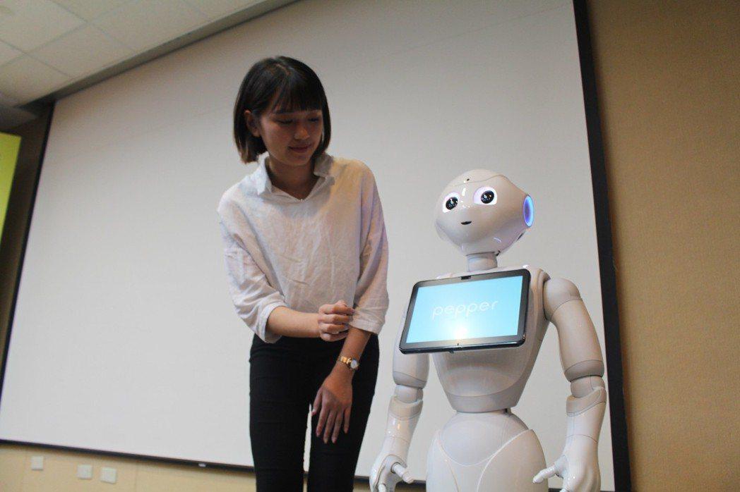三軍總醫院新聘一名員工「衛教機器人」,提供乳癌患者正確衛教知識之餘,也帶給她們歡...