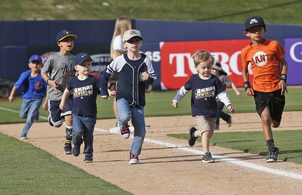 美國社區小聯盟棒球隊最小可收4歲小球員,每逢練習日,經常可見全家大小總動員一起來...