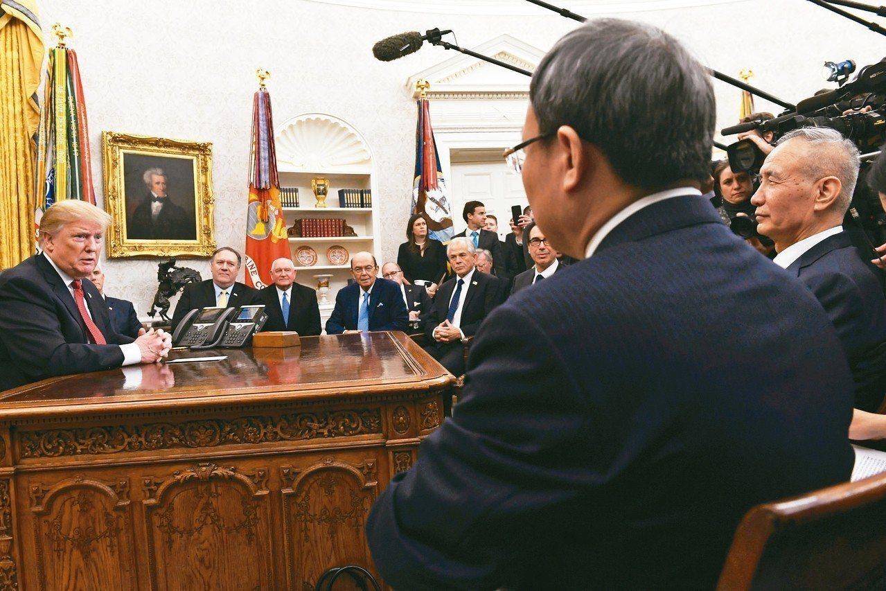 中國國務院副總理劉鶴原訂8日抵美進行貿易談判,外傳中方考慮取消。圖為劉鶴(右)1...