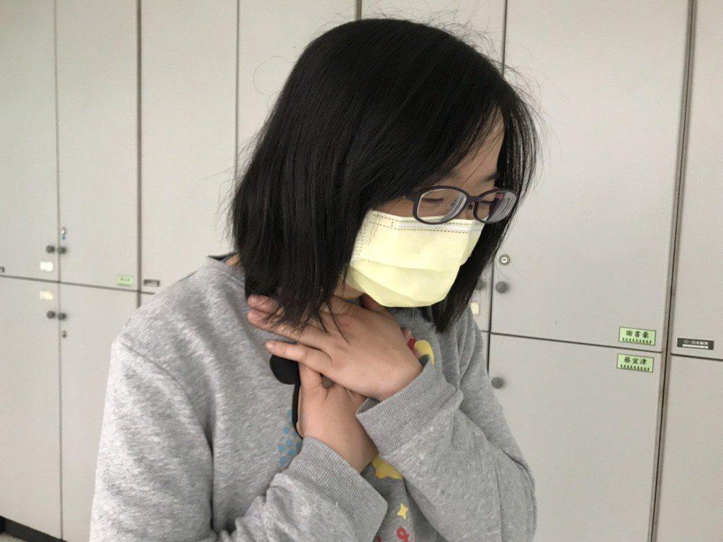在夏天頸部也需保暖。 記者許政榆/攝影