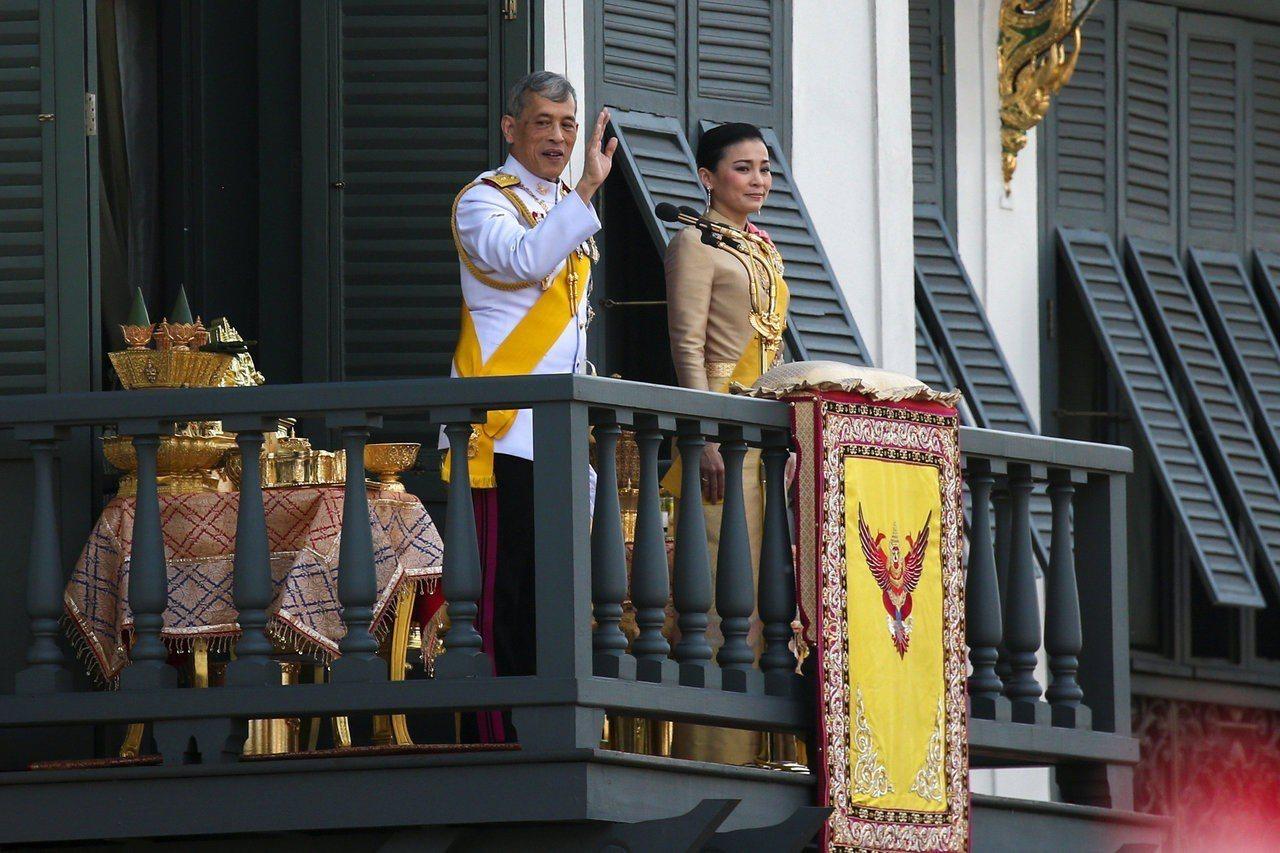 泰王瓦吉拉隆功和王室成員今天在大皇宮的陽台外向民眾揮手致意。 路透社