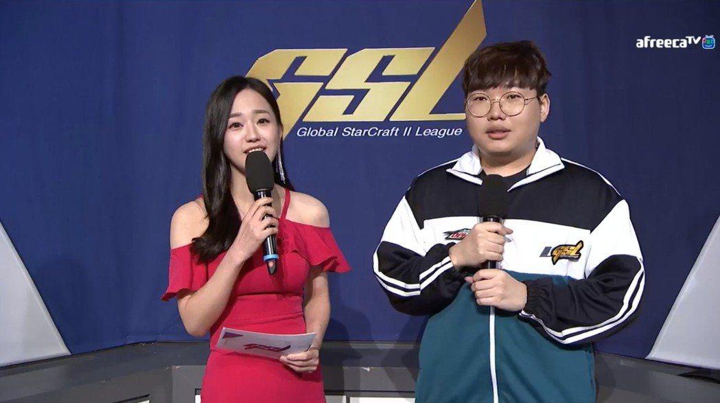 (左起)主持人Gyuri、Patience 圖/AfreecaTV 實況畫面