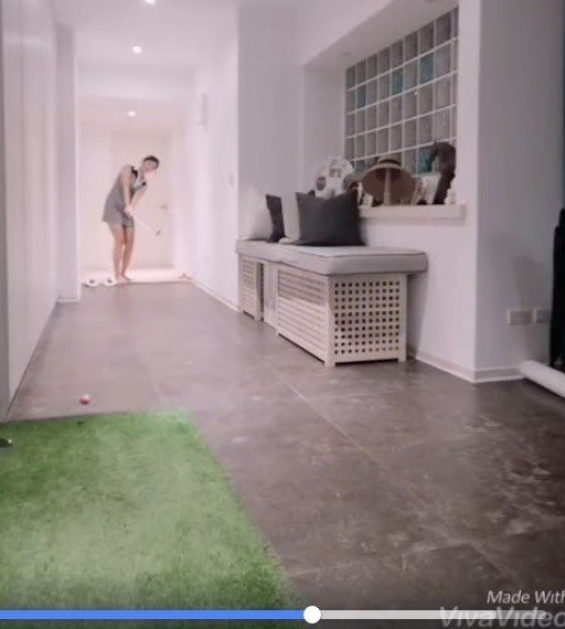 邱薇而在家練習高爾夫,寬敞豪宅引起討論。圖/擷自邱薇而臉書