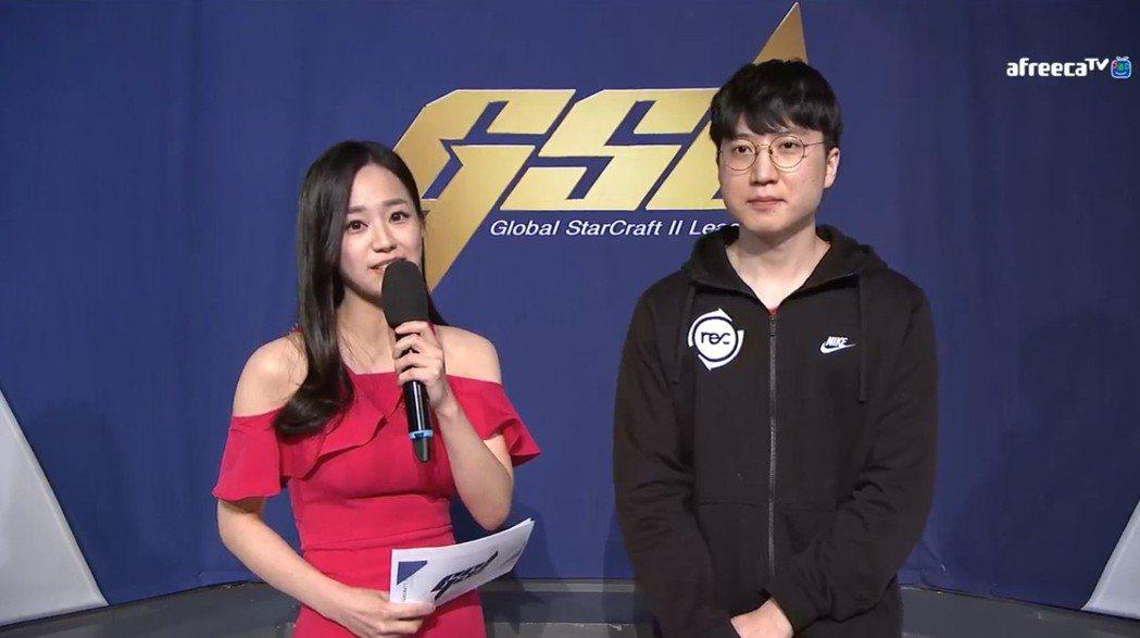 (左起)主持人Gyuri、INnoVation 圖/AfreecaTV 實況畫面