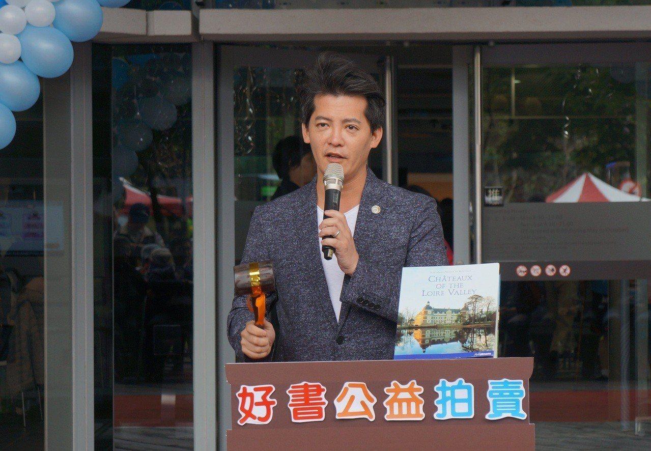 新北市圖館慶做公益 邀名作家謝哲青當拍賣官、捐私藏好書 | 聯合新聞網