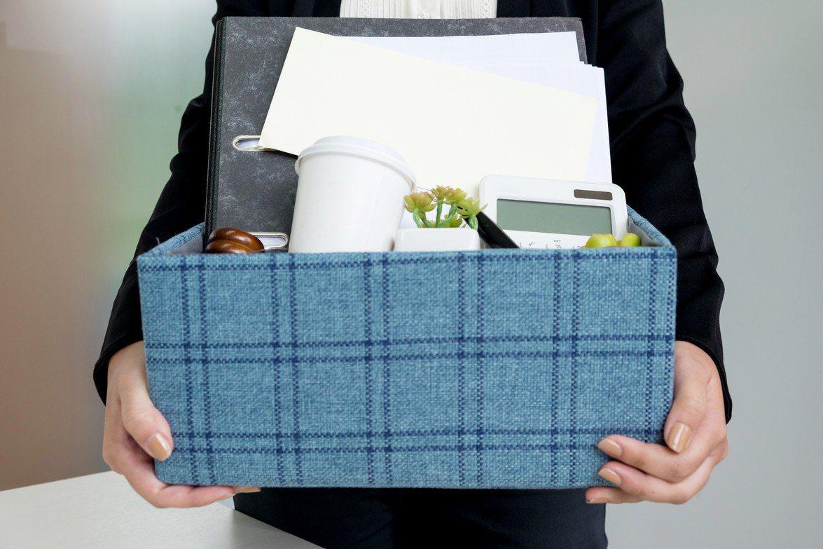 許多人嚮往公務人員穩定的生活,對其工作環境不甚了解。示意圖/ingimage