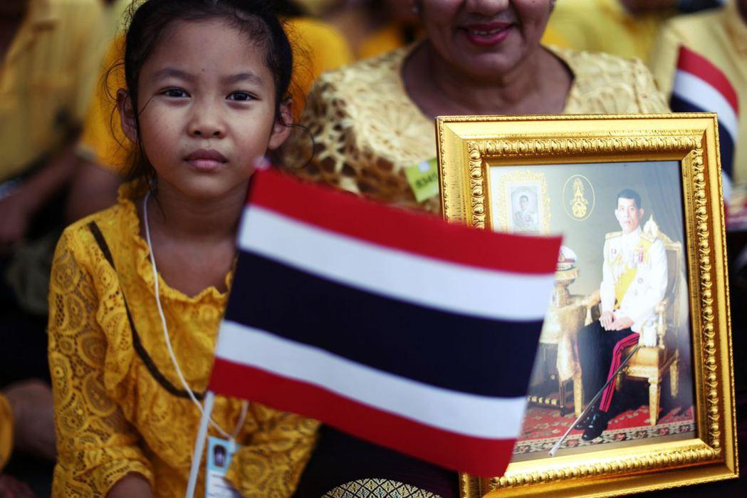 對照同為君主制的日本,早已步入成熟的憲政,泰國不斷發生政變,真正的背後因素,乃是...