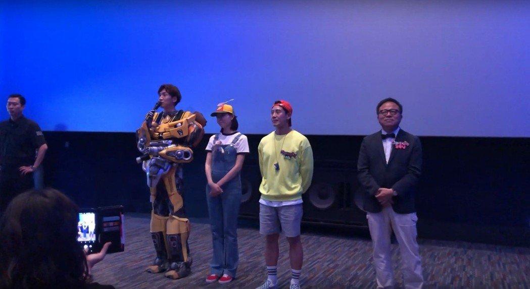 李光洙扮成大黃蜂(左)。圖/擷自YouTube